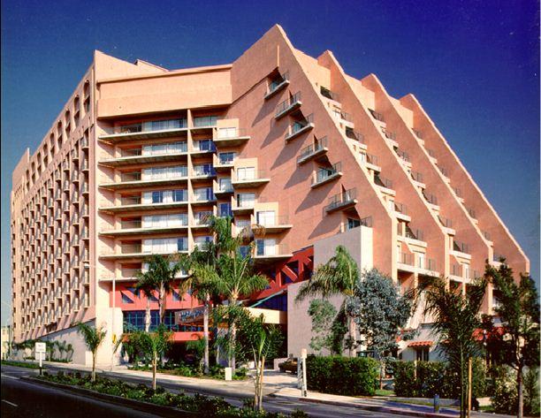 Holiday Inn Bayview Plaza Exterior